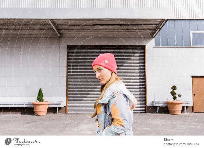 STRW Lifestyle elegant Stil Stadt Industrieanlage Architektur Mode Jacke Mütze blond langhaarig Lächeln trendy schön modern rebellisch mehrfarbig selbstbewußt