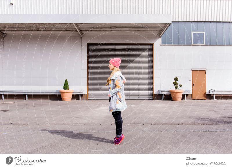 Ganz groß rauskommen Lifestyle elegant Stil feminin Junge Frau Jugendliche 18-30 Jahre Erwachsene Stadt Industrieanlage Fabrik Architektur Mode Jeanshose Jacke