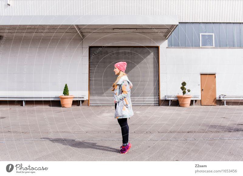 Streetwear Lifestyle elegant Stil Junge Frau Jugendliche 18-30 Jahre Erwachsene Stadt Architektur Mode Jacke Turnschuh Mütze blond langhaarig Coolness frech