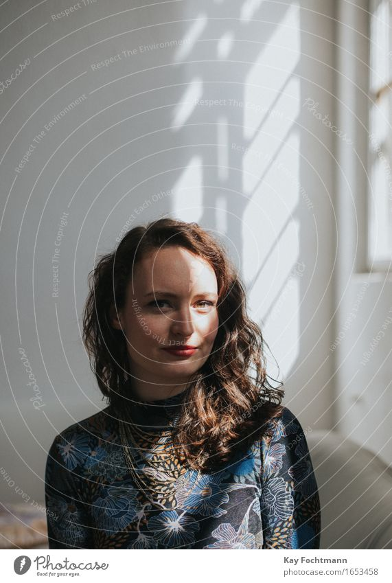 Portrait einer jungen Frau mit Schatten im Gesicht Lifestyle Häusliches Leben Wohnung Umzug (Wohnungswechsel) Mensch feminin Junge Frau Jugendliche 1