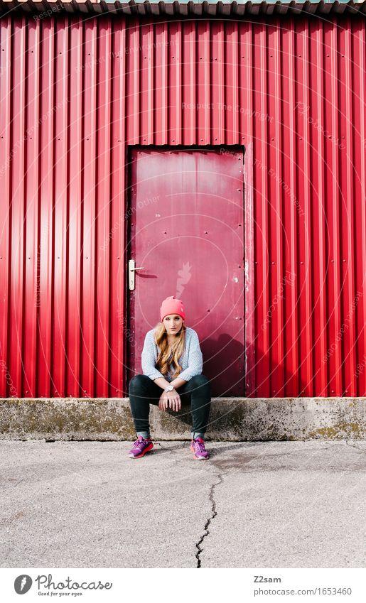 Streetwear Lifestyle elegant Stil Junge Frau Jugendliche 18-30 Jahre Erwachsene Stadt Industrieanlage Mode Pullover Mütze blond langhaarig sitzen Coolness frech
