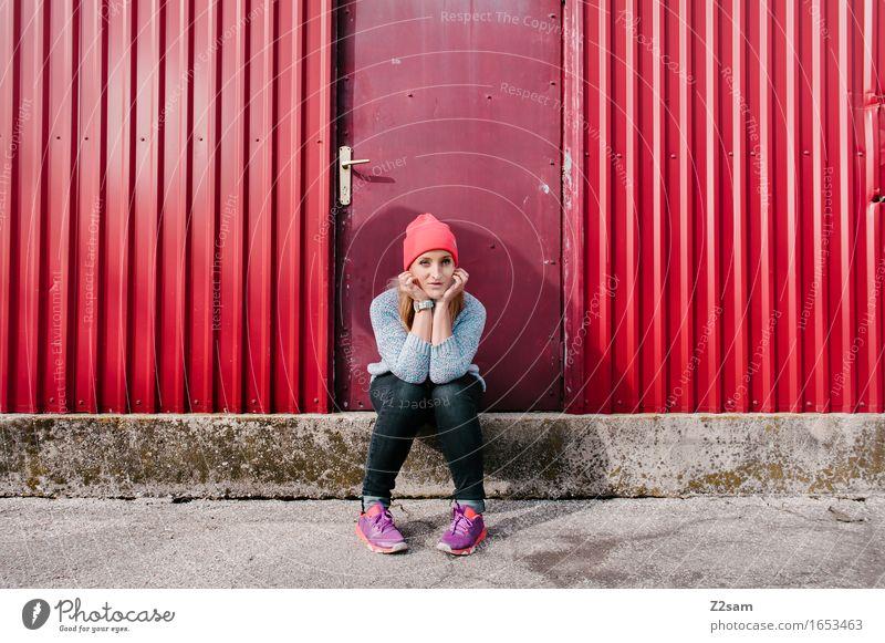 STRW Lifestyle elegant Stil Industrieanlage Mode Jeanshose Pullover Mütze blond langhaarig Lächeln sitzen Coolness frech Freundlichkeit Glück trendy schön