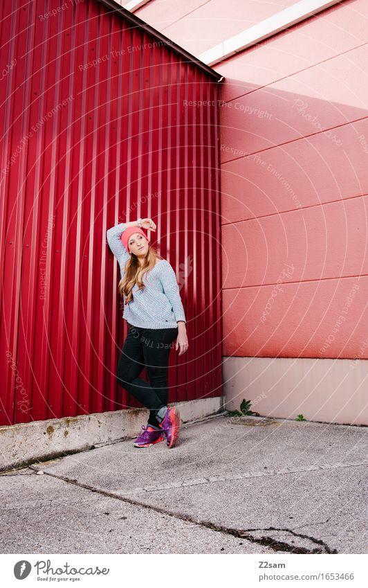 Streetwear Lifestyle elegant Stil feminin Junge Frau Jugendliche 18-30 Jahre Erwachsene Stadt Industrieanlage Architektur Mode Pullover Turnschuh Mütze blond