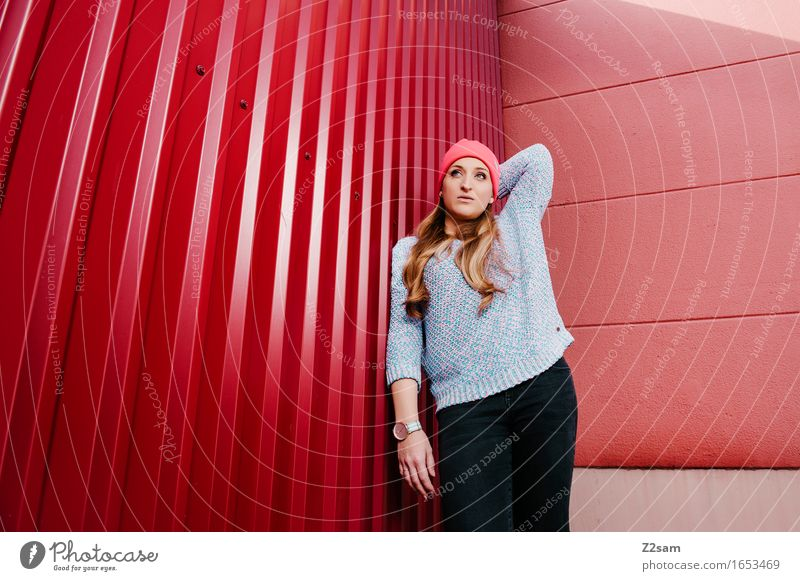 STRW Lifestyle elegant Stil Industrieanlage Mode Pullover Mütze blond langhaarig stehen trendy schön feminin rosa selbstbewußt Coolness Design Farbe Perspektive