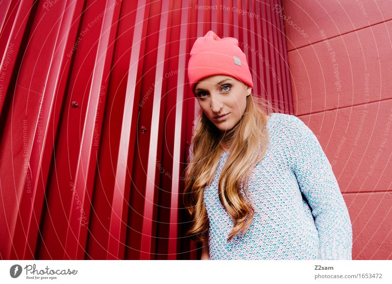 Was'n? Lifestyle elegant Stil schön feminin Junge Frau Jugendliche 18-30 Jahre Erwachsene Industrieanlage Mode Pullover Piercing Mütze blond langhaarig Coolness