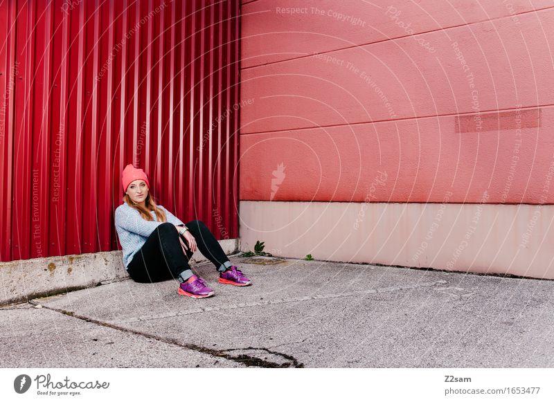 STRW Lifestyle elegant Stil feminin Junger Mann Jugendliche 18-30 Jahre Erwachsene Container Straße Mode Jeanshose Pullover Mütze blond langhaarig Erholung