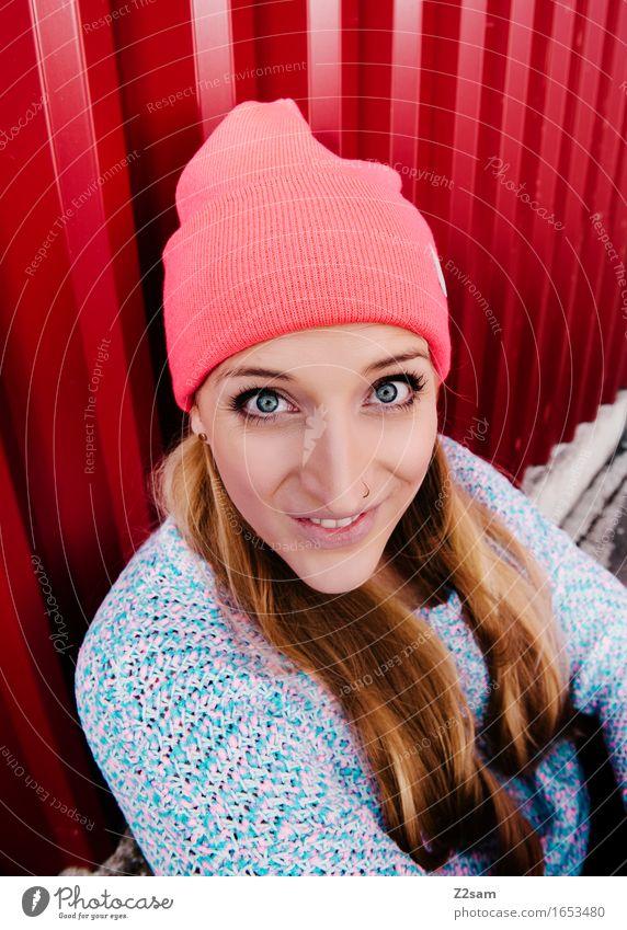Servus Lifestyle elegant Stil schön feminin Junge Frau Jugendliche 18-30 Jahre Erwachsene Pullover Mütze blond langhaarig Lächeln lachen Blick sitzen leuchten