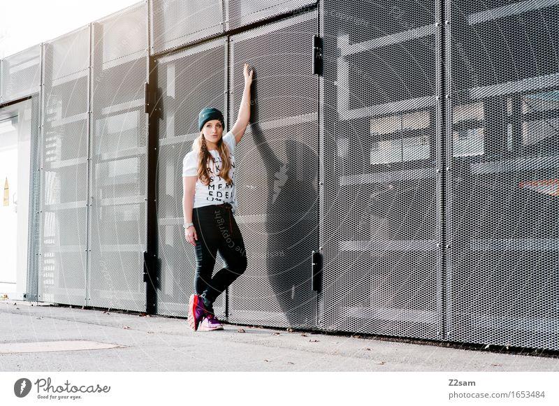 STRW Lifestyle elegant Stil feminin Junge Frau Jugendliche 18-30 Jahre Erwachsene Stadtzentrum Architektur T-Shirt Jeanshose Turnschuh Mütze blond langhaarig