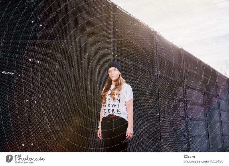 STRW Lifestyle elegant Stil feminin Junge Frau Jugendliche 18-30 Jahre Erwachsene Mode T-Shirt Jeanshose Mütze blond langhaarig trendy schön selbstbewußt