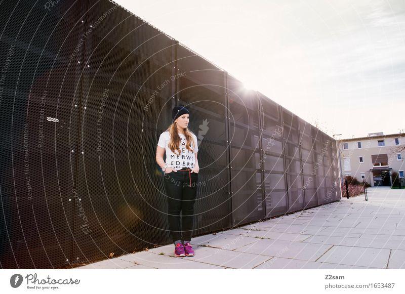 Streetwear Lifestyle elegant Stil feminin Junge Frau Jugendliche 18-30 Jahre Erwachsene Stadt T-Shirt Turnschuh Mütze blond langhaarig stehen Coolness frech