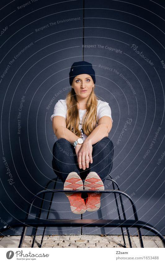 STRW Lifestyle elegant Stil feminin Junge Frau Jugendliche 18-30 Jahre Erwachsene Stadt Architektur Mode T-Shirt Jeanshose Turnschuh Mütze blond langhaarig