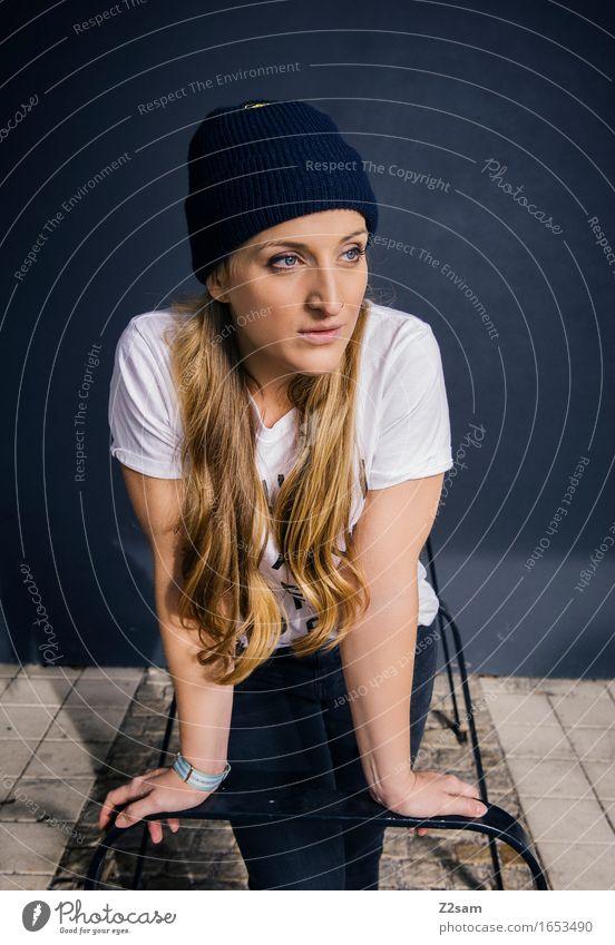 Goldlöckchen Lifestyle elegant Stil feminin Junge Frau Jugendliche 18-30 Jahre Erwachsene Stadt Mode T-Shirt Jeanshose blond langhaarig Lächeln stehen träumen