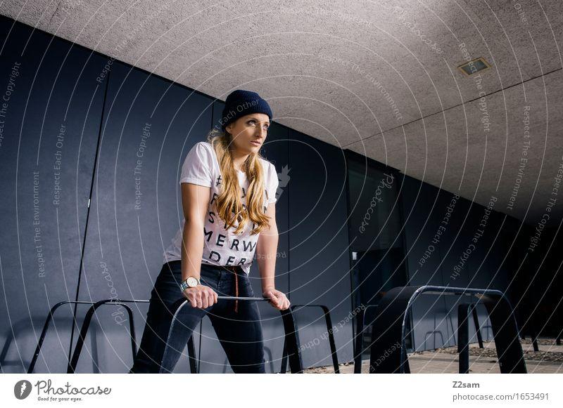 Streetwear Lifestyle elegant Stil feminin Junge Frau Jugendliche 18-30 Jahre Erwachsene Stadt Industrieanlage Architektur Mode T-Shirt Jeanshose Mütze blond