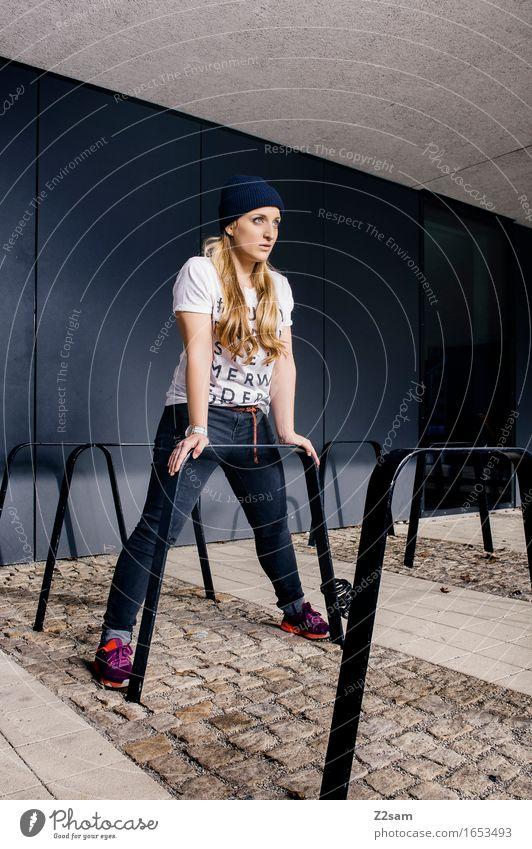 Standhaft bleiben Lifestyle elegant Stil feminin Junge Frau Jugendliche 18-30 Jahre Erwachsene Stadt Mode T-Shirt Jeanshose Turnschuh Mütze blond langhaarig