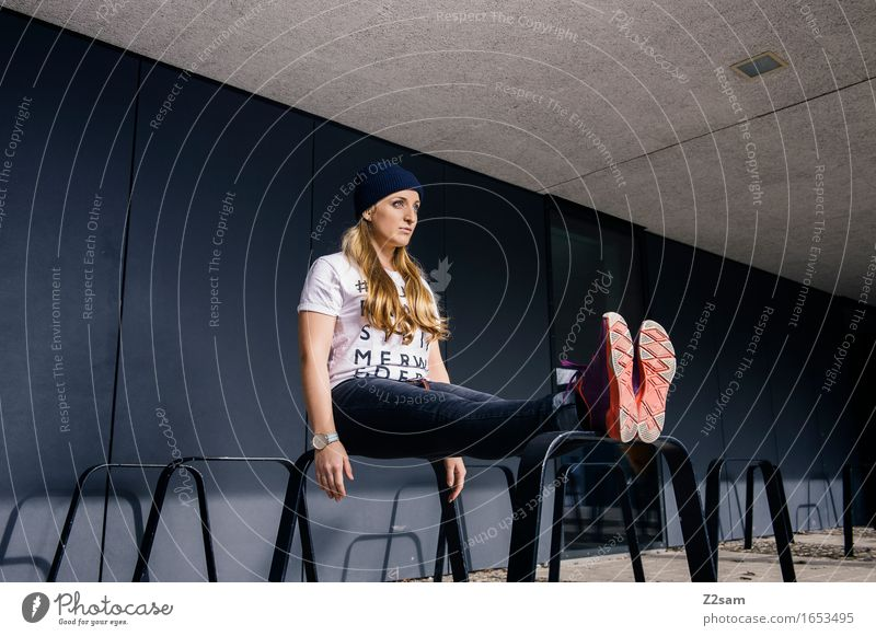 Sitzstreik Jugendliche Stadt schön Junge Frau 18-30 Jahre Erwachsene Architektur Lifestyle Stil Mode Design elegant blond Kraft sitzen einzigartig