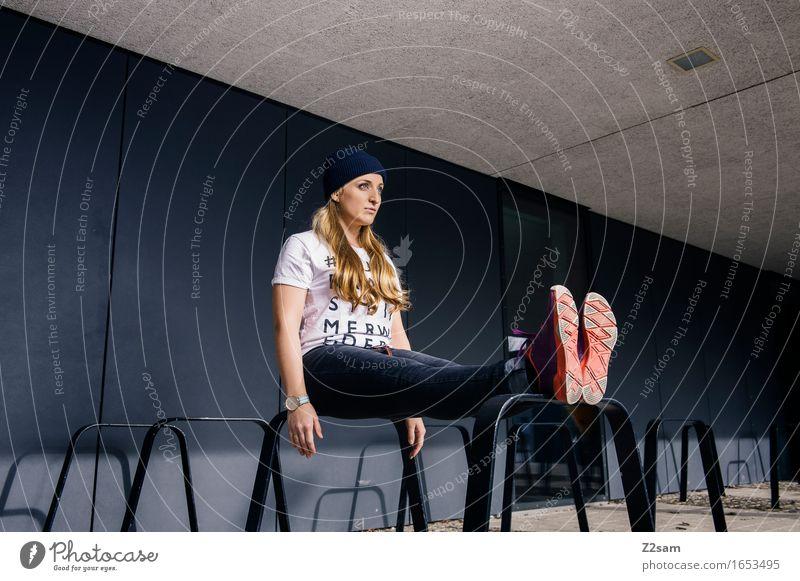 Sitzstreik Lifestyle elegant Stil Junge Frau Jugendliche 18-30 Jahre Erwachsene Stadtzentrum Architektur Mode T-Shirt Jeanshose Turnschuh Mütze blond langhaarig