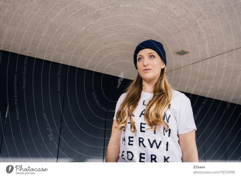 Typoliebhaberin Lifestyle elegant Stil feminin Junge Frau Jugendliche 18-30 Jahre Erwachsene Stadt Mode T-Shirt Mütze blond langhaarig stehen träumen trendy