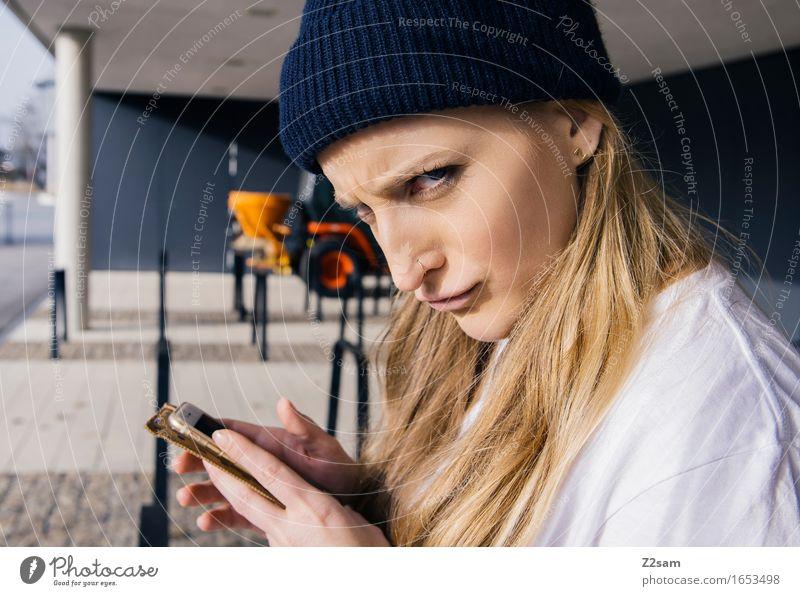 Bockig Lifestyle elegant Stil feminin Junge Frau Jugendliche 18-30 Jahre Erwachsene Stadtzentrum T-Shirt Mütze blond Locken Blick frech trendy schön niedlich