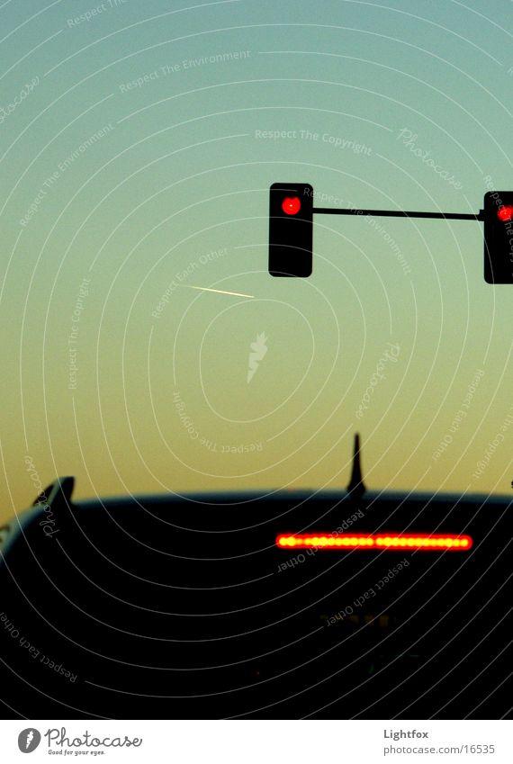 Stop in the name of Love Mensch Himmel rot dunkel Arbeit & Erwerbstätigkeit PKW Denken warten Flugzeug Europa stoppen Ampel Antenne Halt Verlauf Bremse