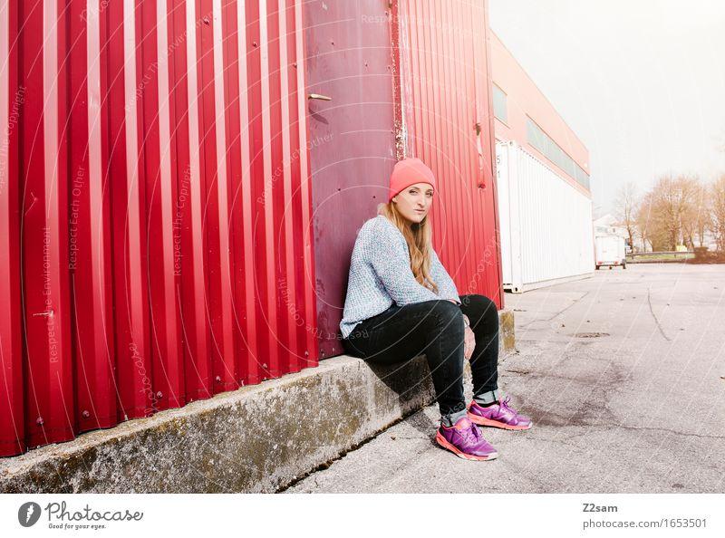 Sitzstreik Jugendliche Stadt Farbe Junge Frau Einsamkeit ruhig 18-30 Jahre Erwachsene Traurigkeit feminin Lifestyle Stil Denken Mode elegant blond