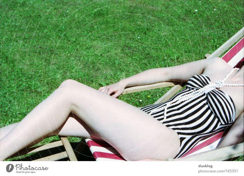 Sonnenbad Mensch Jugendliche schön Ferien & Urlaub & Reisen Sommer Meer ruhig Erholung feminin Stil Beine Mode liegen Streifen Wellness Schwimmbad