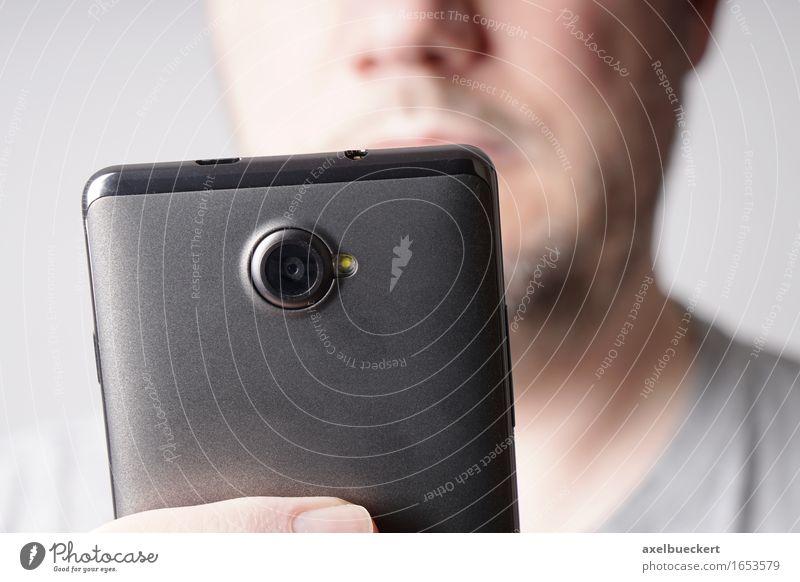 Mann benutzt Smartphone Mensch Mann Erwachsene maskulin authentisch Technik & Technologie Telefon Handy Fotokamera anonym PDA Fotografieren gebrauchen SMS Unterhaltungselektronik Selfie
