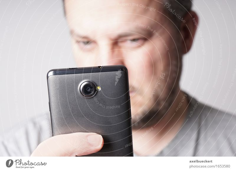 Mann mit Smartphone Mensch Gesicht Erwachsene Lifestyle maskulin Freizeit & Hobby Technik & Technologie lesen Telefon Handy Fotokamera PDA Fotografieren