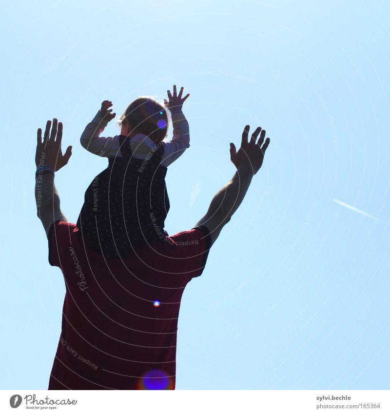 Anbetung Familie & Verwandtschaft Himmel Mann Eltern Hand blau Kind Mädchen Sonne Freude Freiheit Glück träumen Erwachsene Zusammensein Arme
