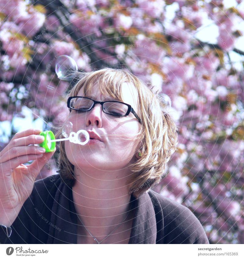 [HH 09.4] eine rosa alsterschleiche Mensch Natur Hand Jugendliche Freude Gesicht feminin Frühling Porträt blond Erwachsene rosa fliegen frei Frau Ausflug