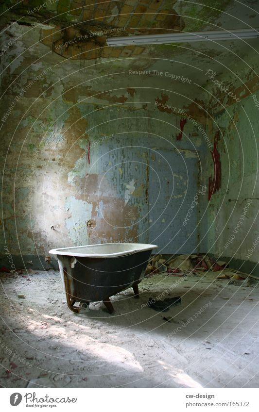 Badetag alt Einsamkeit dunkel grau braun Raum dreckig ästhetisch retro trist kaputt bedrohlich Vergänglichkeit trashig Vergangenheit