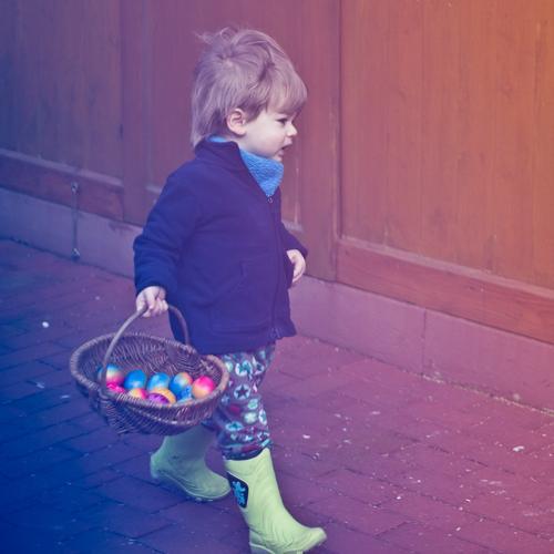 Eiersuche Mensch maskulin Kind Kleinkind Junge Kindheit 1 1-3 Jahre Gummistiefel festhalten authentisch Fröhlichkeit Glück Freude Zufriedenheit Erfolg tragen