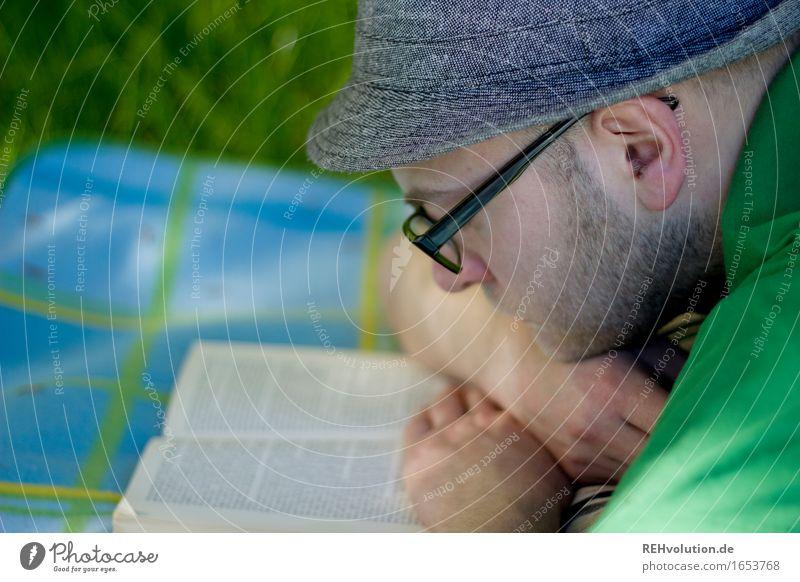 Lesezeit Mensch Natur Ferien & Urlaub & Reisen Jugendliche Sommer grün Junger Mann Erholung Freude 18-30 Jahre Erwachsene Umwelt Wiese Gras Garten Kopf