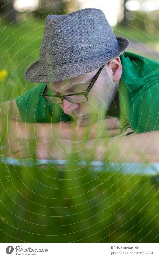 Leselust Freizeit & Hobby lesen Ausflug Sommer lernen Mensch maskulin Junger Mann Jugendliche 1 18-30 Jahre Erwachsene Umwelt Natur Park Wiese Brille Hut