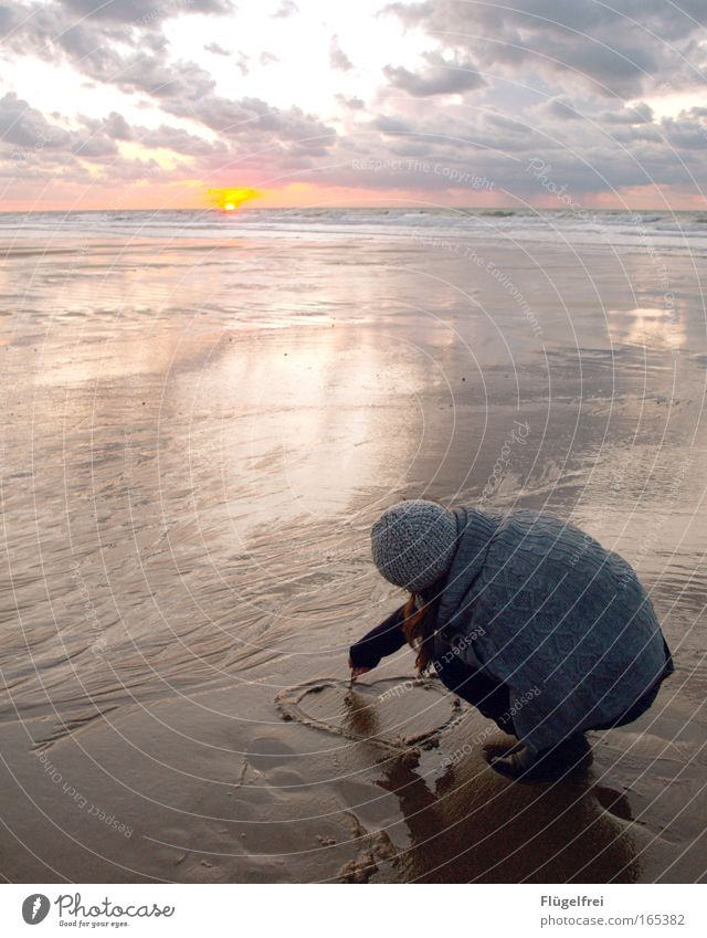 gedankenvoll Mensch Wasser Strand Wolken ruhig Ferne Liebe Herbst feminin Bewegung Freiheit Küste Sand Horizont Stimmung Herz