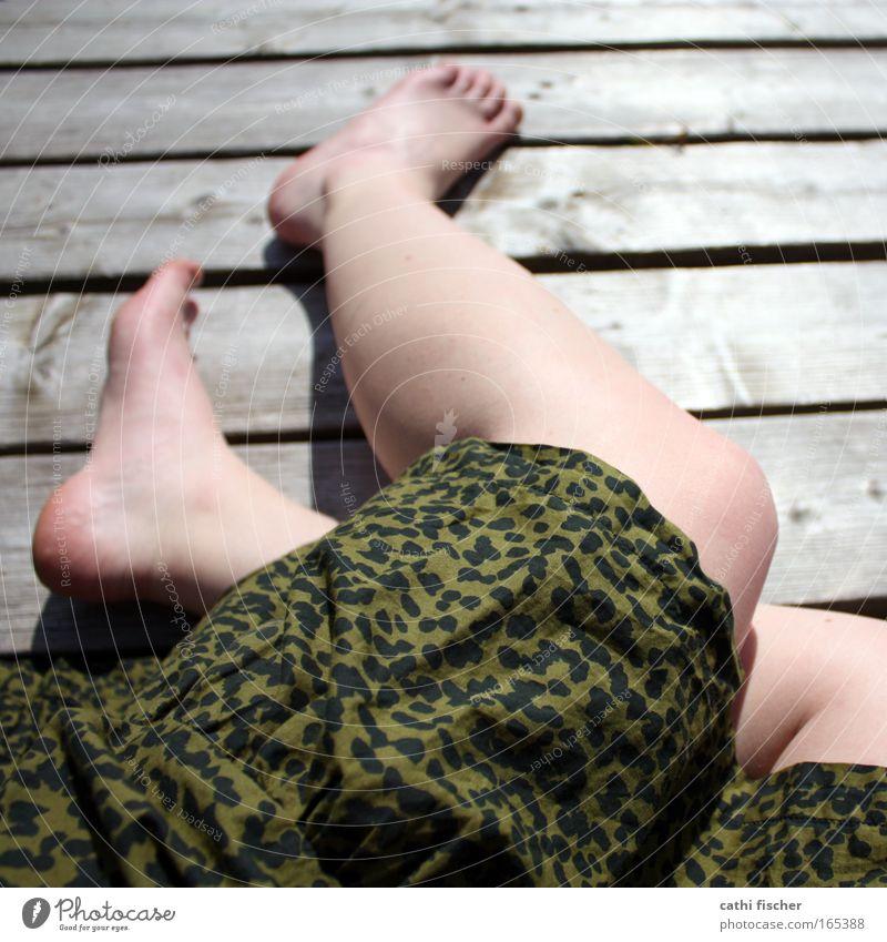 endlich sommer! Frau Mensch Jugendliche grün schön Sonne Sommer schwarz Erwachsene feminin Holz Beine Mode Fuß braun