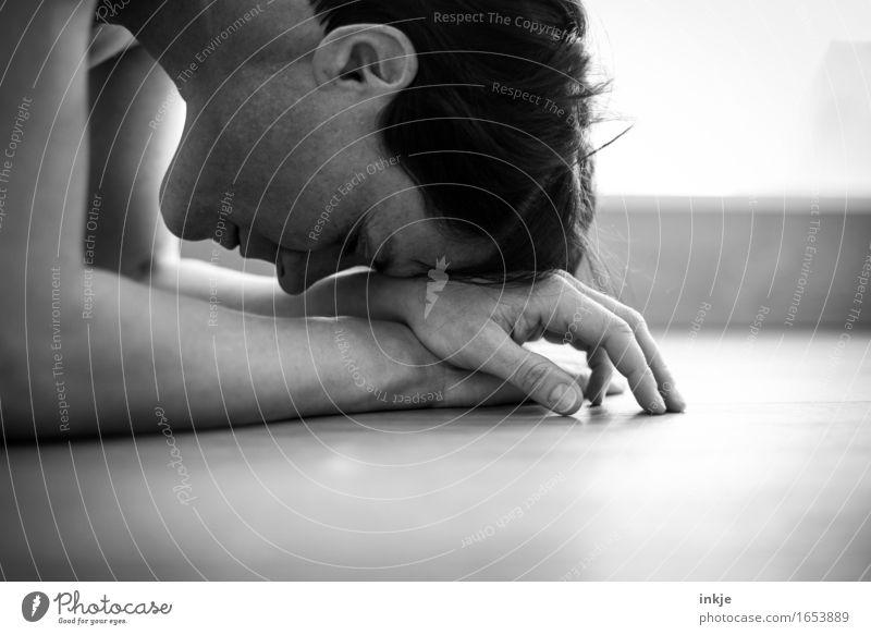 Irgendwas is ja immer. Mensch Frau Hand Erholung ruhig Gesicht Erwachsene Leben Gefühle Denken Stimmung warten Bodenbelag Stress Müdigkeit Gebet