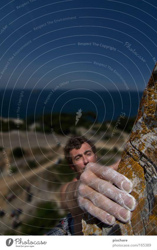 oft geben kleinigkeiten großen halt... Mensch Mann Natur Hand Erwachsene Sport Berge u. Gebirge Küste Kraft Angst Arme Felsen Abenteuer gefährlich Coolness