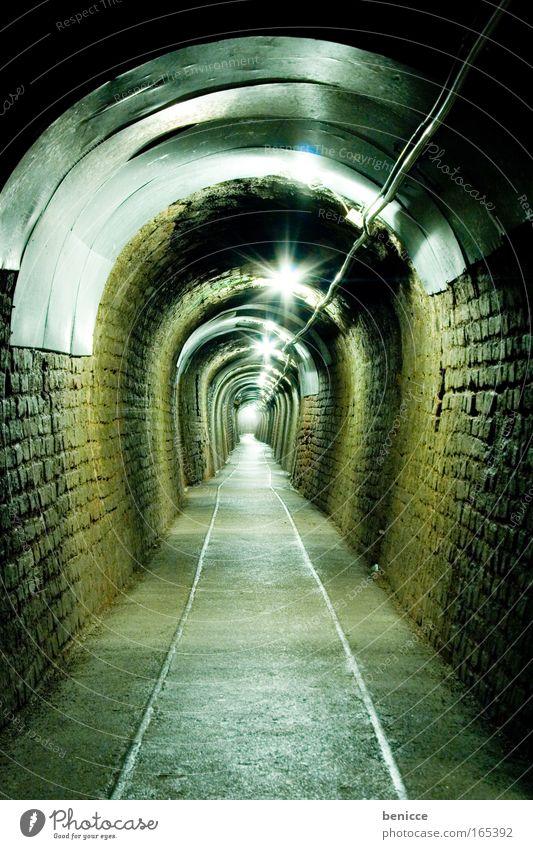 Unendlicher Weg Tunnel Bergbau Höhle Licht Lampe grün Gleise Abwasserkanal Kanalisation lang seegrotte Bergarbeiter Schaubergwerk Deutsches Bergbau-Museum Mine
