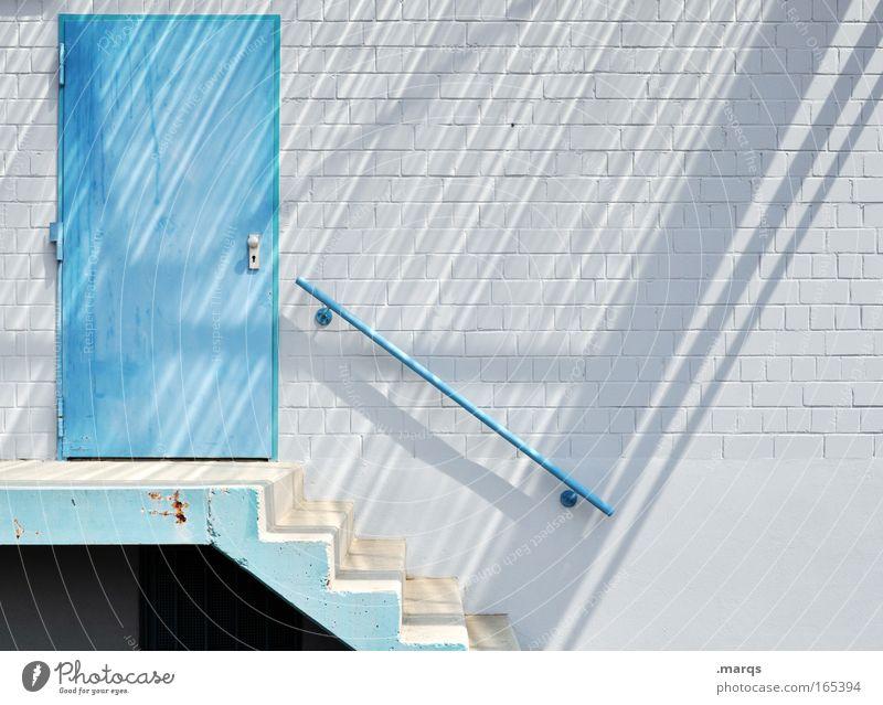 Back Door weiß blau Sommer ruhig Einsamkeit Wand Stil Mauer Gebäude Linie hell Tür Beton Fassade geschlossen Treppe