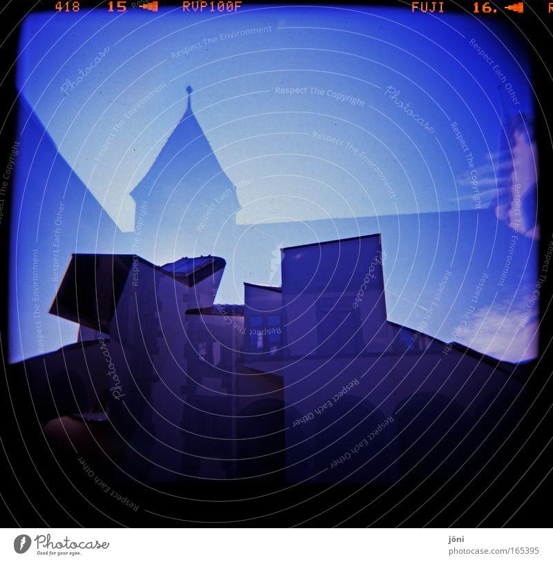 Traumburg alt Stadt blau Haus dunkel träumen Stein Metall Architektur Fassade Dach außergewöhnlich gruselig Burg oder Schloss Backstein