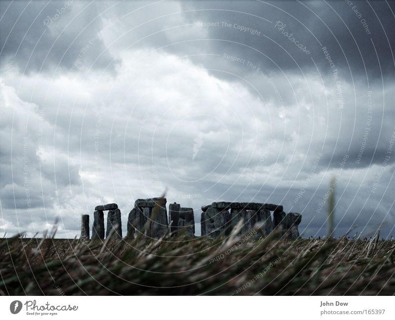 Stonehenge II alt dunkel grau Stein Wind bedrohlich Sturm Denkmal historisch Halm Unwetter Wahrzeichen England Bekanntheit Kunstwerk Sehenswürdigkeit