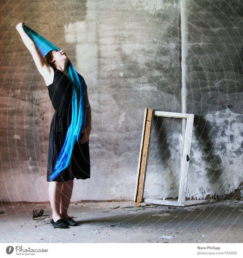 Trau dich Mensch Frau Jugendliche blau schön schwarz Erwachsene feminin Bewegung Glück Mode träumen Tanzen ästhetisch 18-30 Jahre Romantik