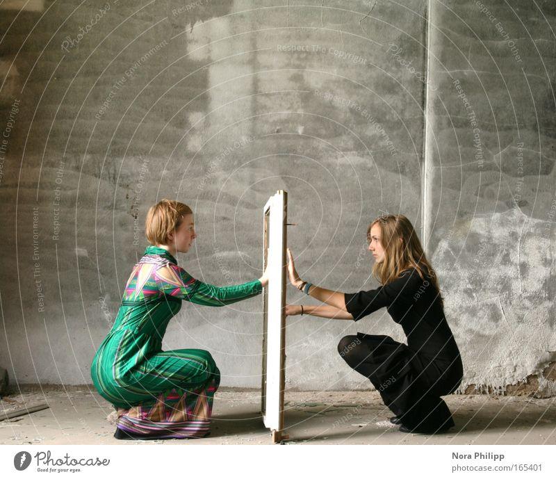 Im Spiegel Frau Mensch Jugendliche grün ruhig schwarz Erwachsene feminin Mode Freundschaft ästhetisch außergewöhnlich Kleid Fabrik geheimnisvoll Frieden