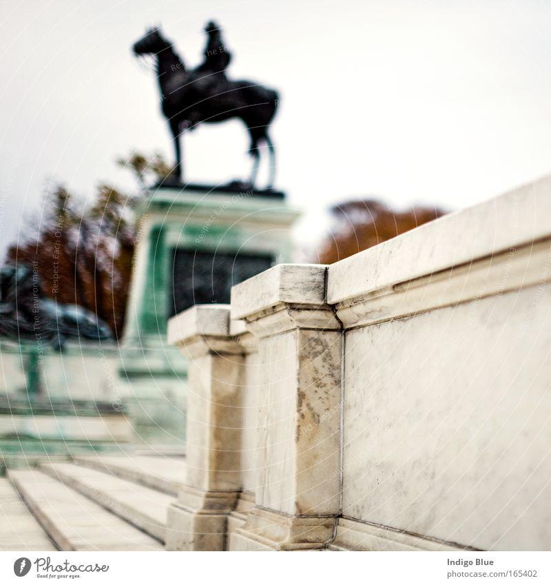 Reiter Farbfoto Außenaufnahme Strukturen & Formen Menschenleer Tag Unschärfe Schwache Tiefenschärfe Zentralperspektive Kunst Skulptur Kultur Washington DC USA