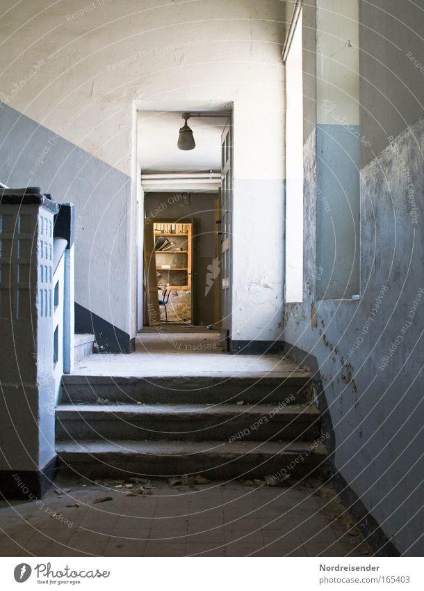 Aufwärts Wand Gefühle Architektur Mauer Traurigkeit Lampe Arbeit & Erwerbstätigkeit Angst Innenarchitektur Treppe Design trist Industrie Wandel & Veränderung