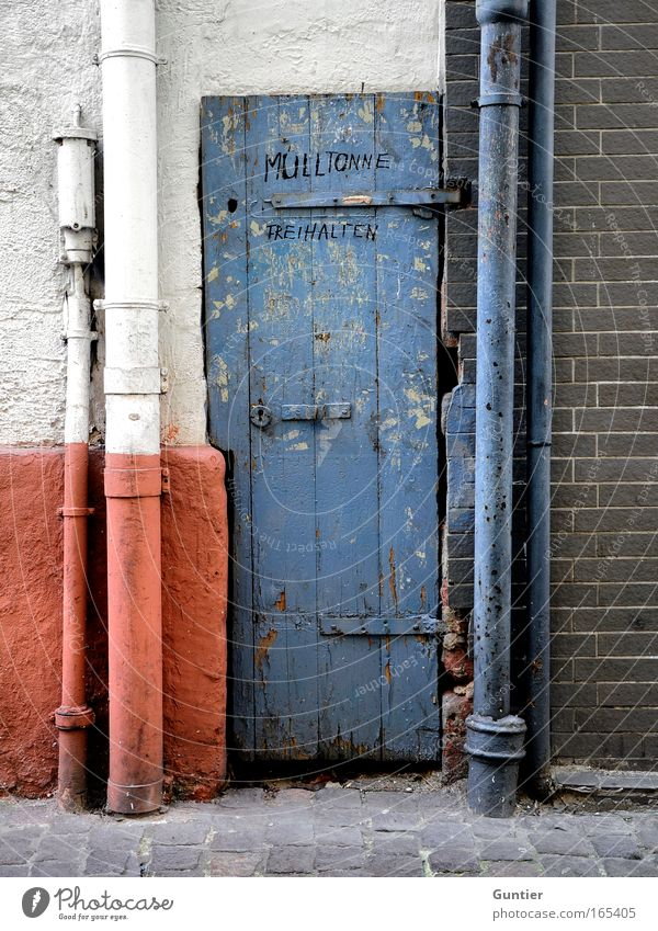 Platznot blau weiß rot Haus Wand grau Mauer Tür Fassade außergewöhnlich Sehenswürdigkeit Altstadt Müllbehälter