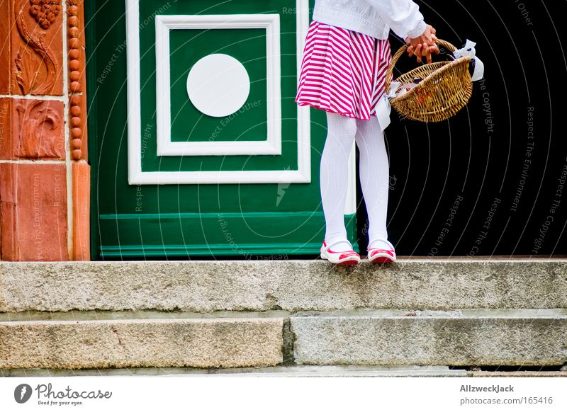 Hochzeitsexzerpt Mensch Kind feminin Gefühle Fuß Beine warten Treppe Romantik Kindheit Stolz Korb geduldig unschuldig