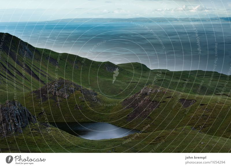 Ausblick Natur Landschaft Pflanze Hügel Berge u. Gebirge Küste Meer See old man of storr Isle of Skye Schottland bedrohlich dunkel Unendlichkeit hoch Tapferkeit