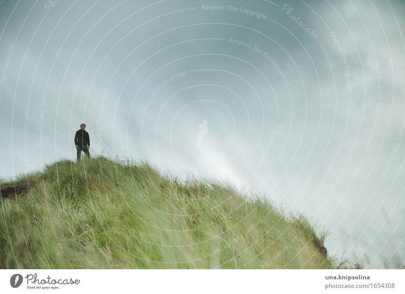 John auf dem Hügel Mann Erwachsene 1 Mensch Natur Landschaft Urelemente Wolken schlechtes Wetter Gras Küste Düne Schottland beobachten stehen Gelassenheit ruhig
