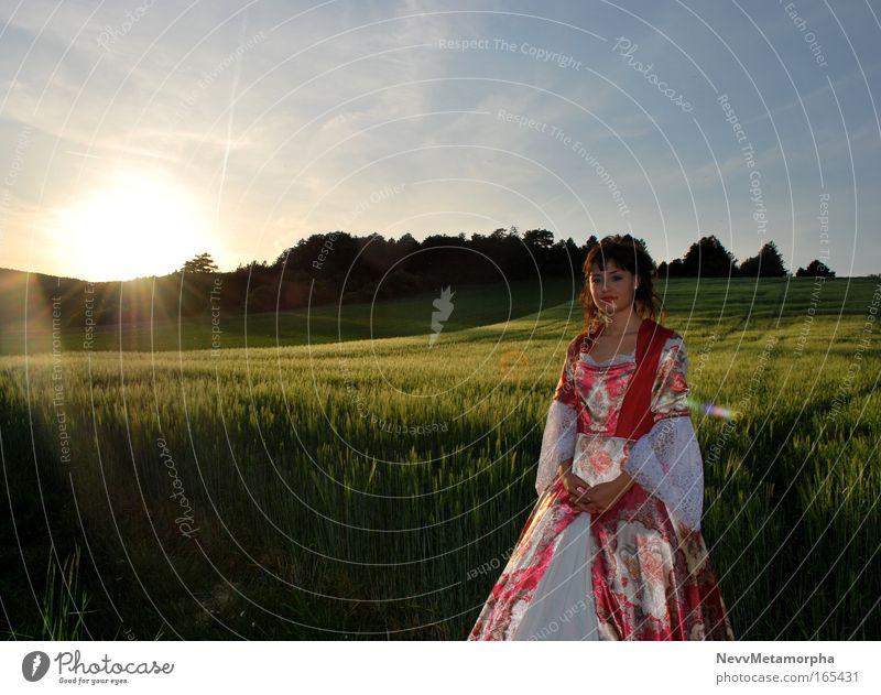 Prinzessin des Sonnenuntergangs Farbfoto Außenaufnahme Zentralperspektive Blick in die Kamera feminin Junge Frau Jugendliche 1 Mensch Sonnenaufgang Sonnenlicht